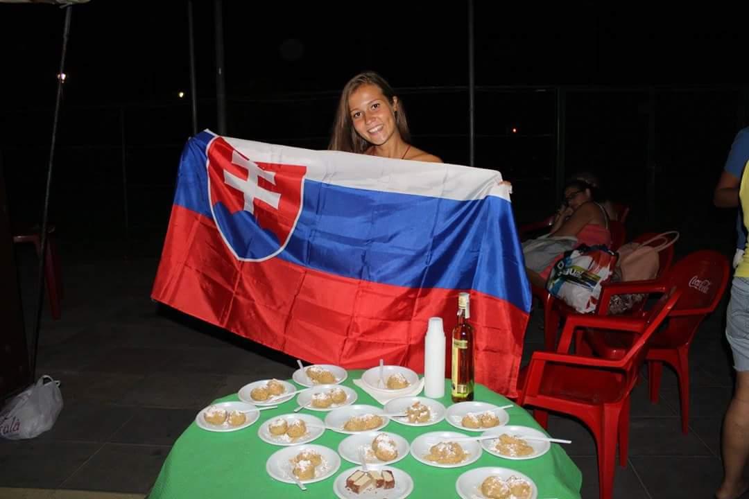 """""""Event Global Village ponúkol priestor prezentovať svoju krajinu. Mali sme pripraviť aj tradičné jedlo a keďže na halušky neboli ingrediencie, uvarila som im naše slovenské slivkové gule :)"""""""