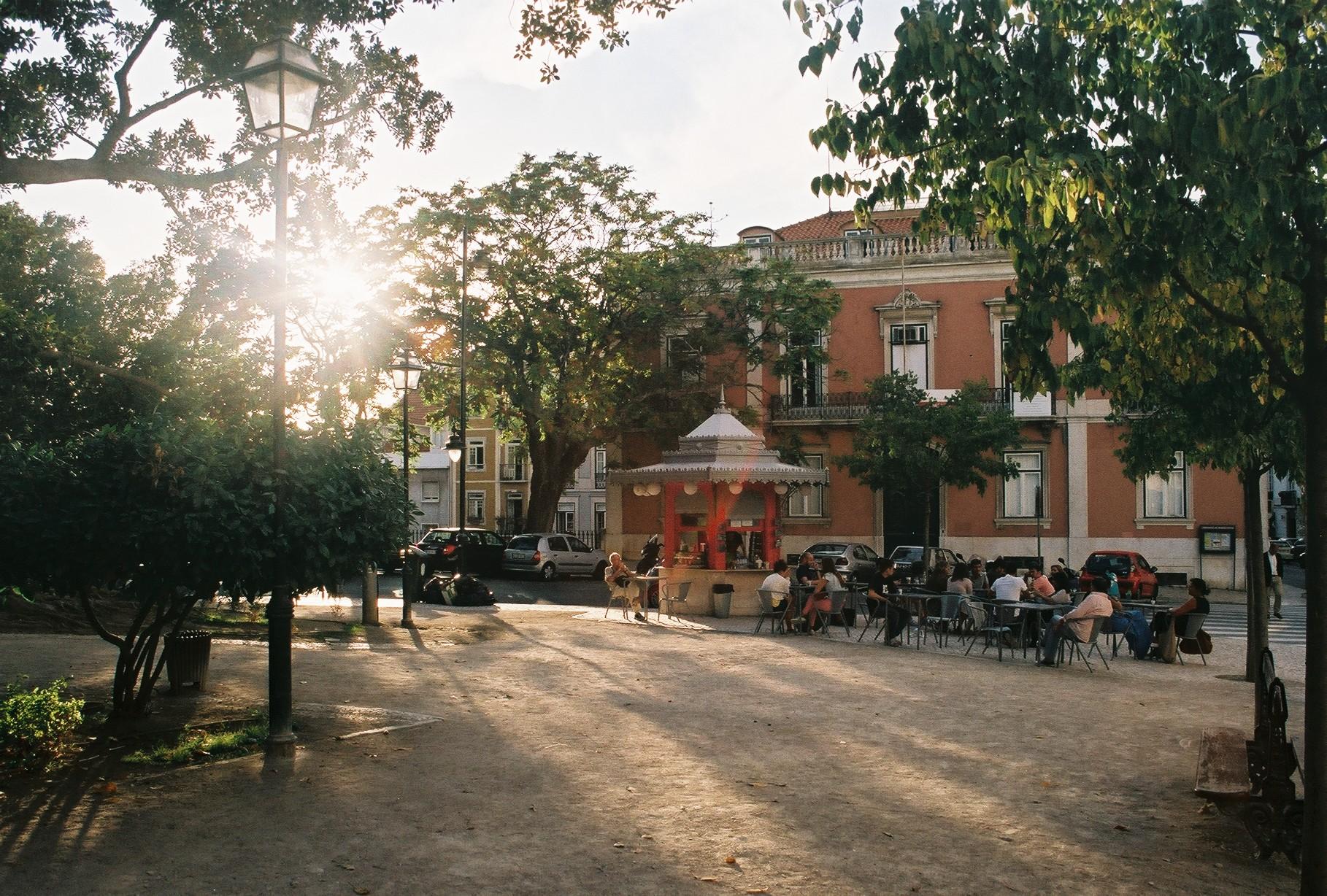 Takmer každá ulička ukrýva bary, kaviarne a reštaurácie (zdroj: Barbora Adamková).