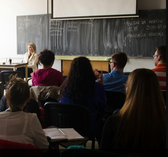 Lucia so študentmi v triede