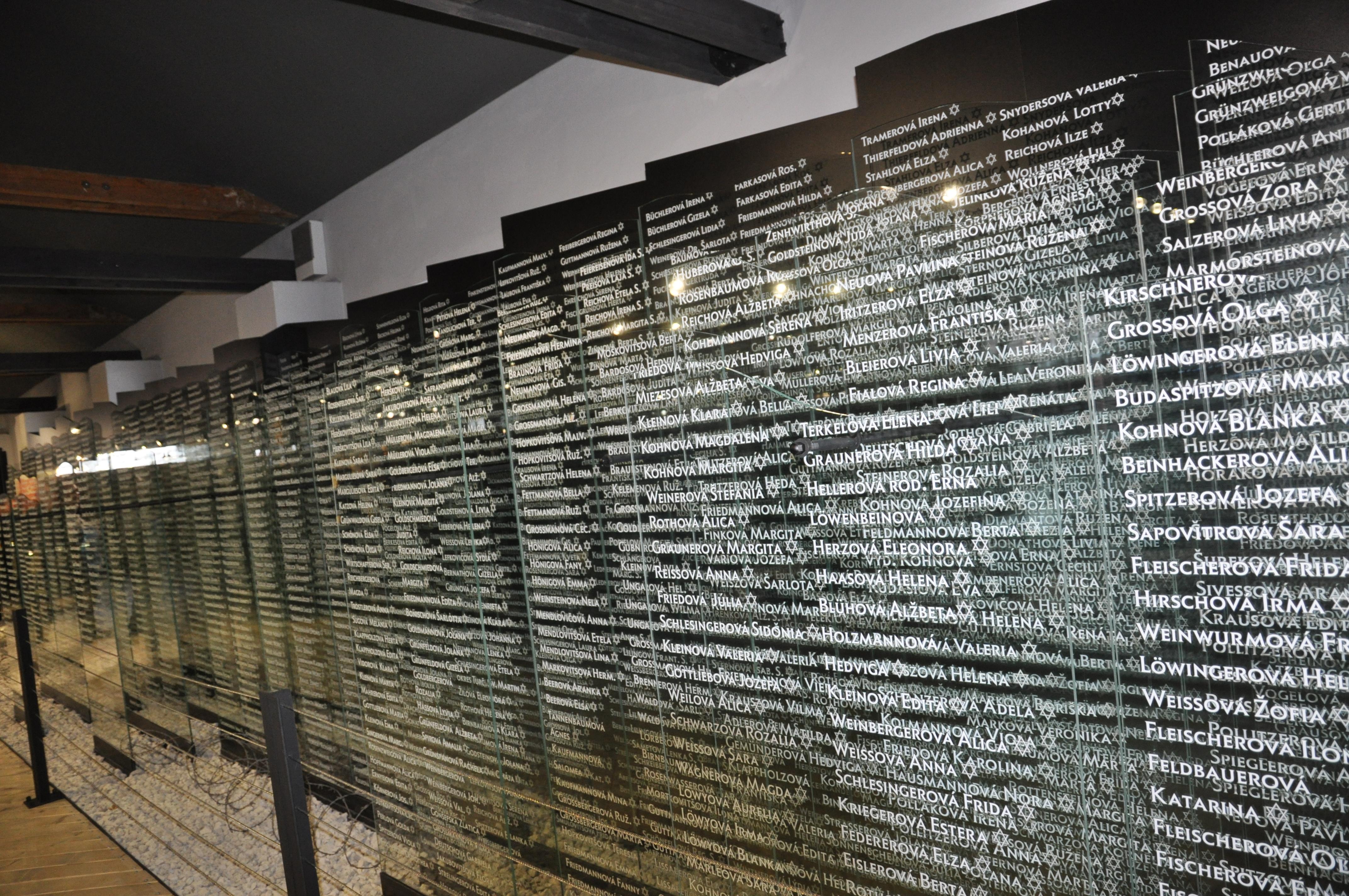 mená nevinných, ktorí zomreli alebo boli transportovaní na toto miesto, foto SNM - Múzeum židovskej kultúry