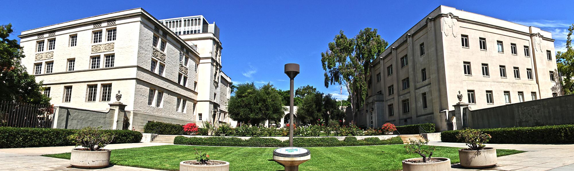 California Institute of Technology. Naľavo vidíme laboratórium fyziky a napravo laboratórium matematiky a fyziky. Zdroj: wiki