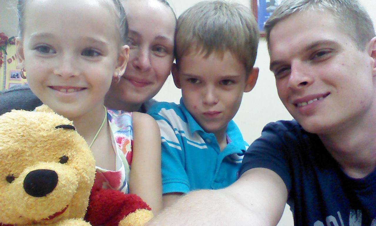 David Púchovský s matkou a jej nájdenými deťmi Dominikou a Martinom. Zdroj: Nový Čas