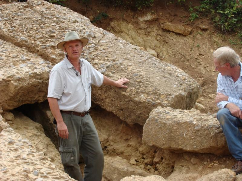 Semir pri nakrúcaní dokumentu o pyramídach vysvetľuje skutočnosti a pravý pôvod hôr. (Zdroj: cropfm.at/resources/bosnien/visoko_bilder.htm)