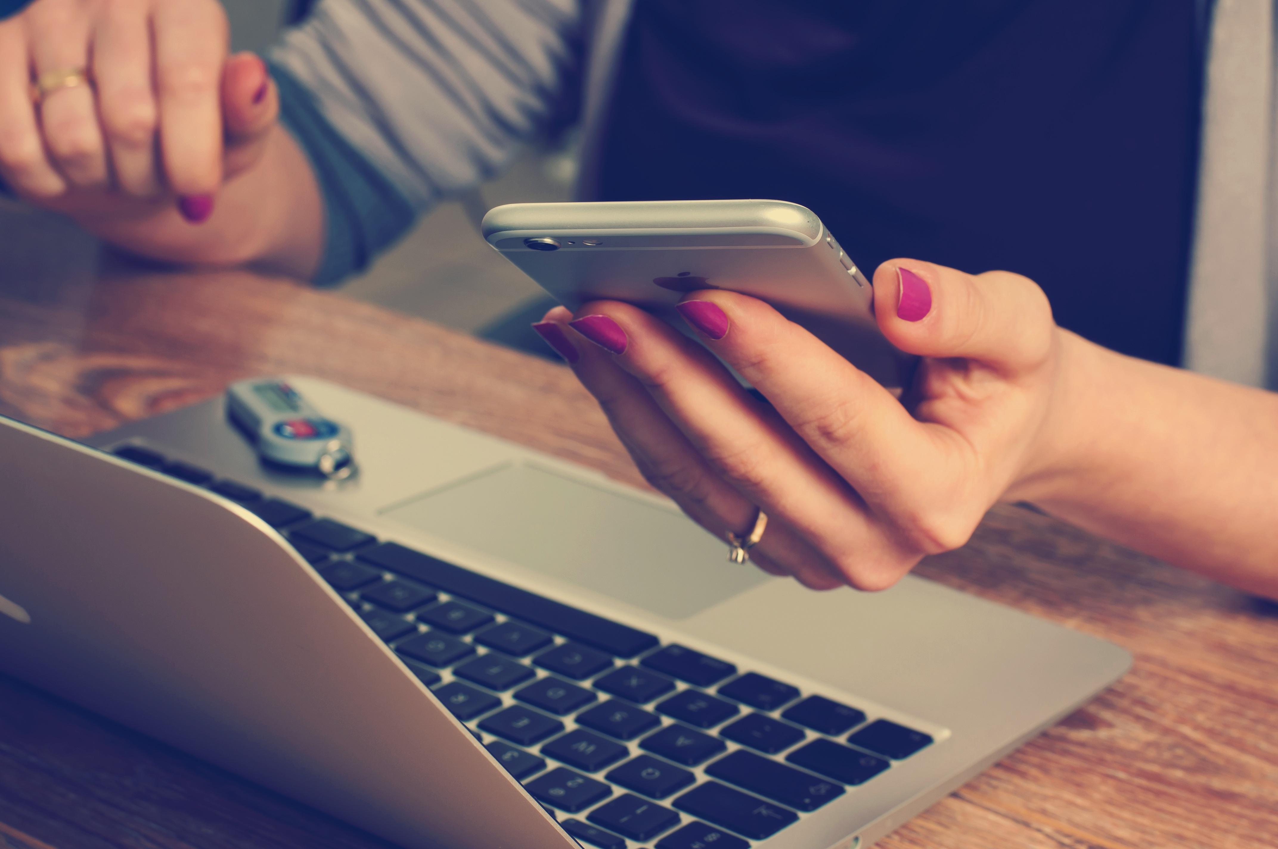 Odvrátená strana používania smartfónov: Ľudia sú zraniteľnejší voči kyberútokom