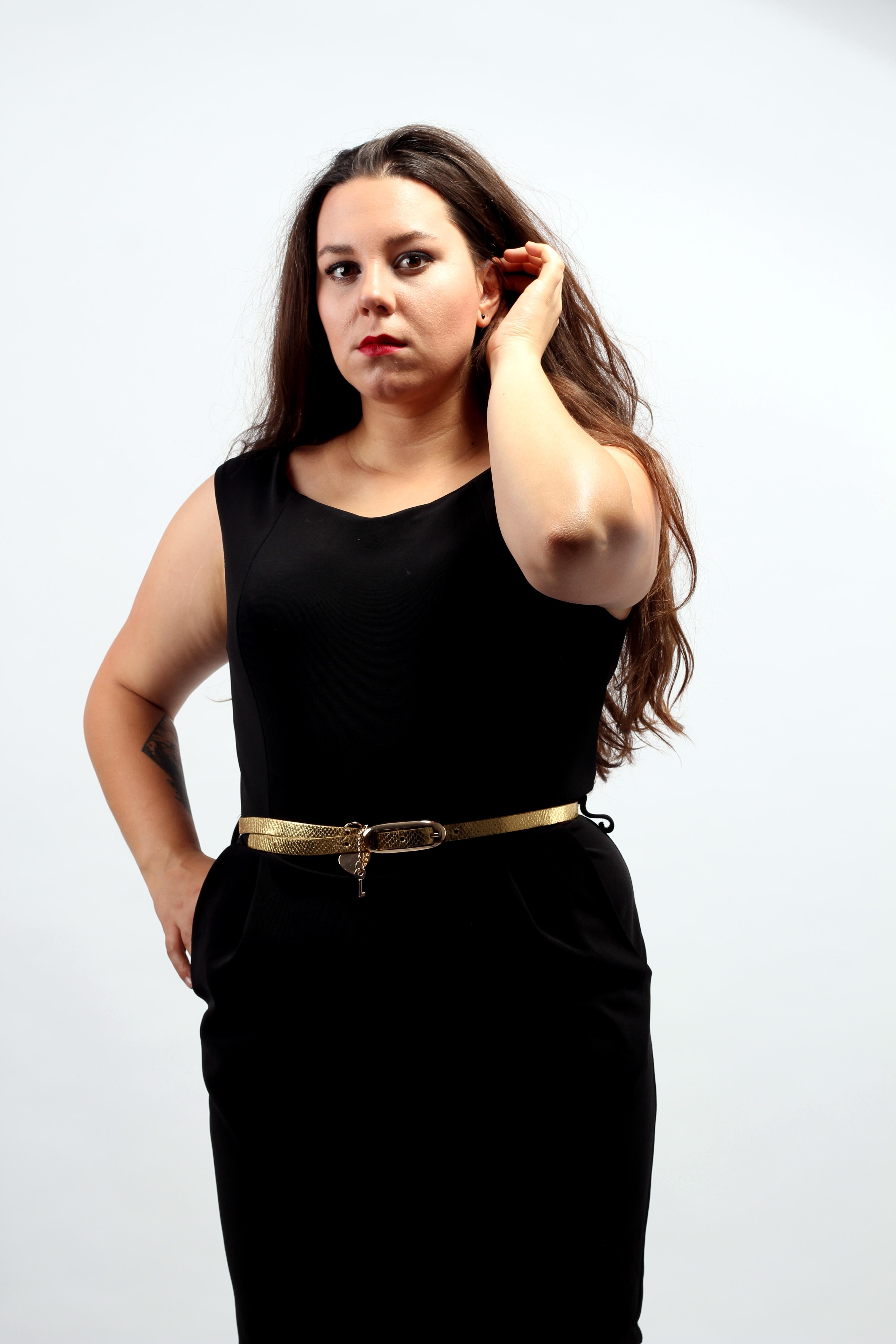 Malé čierne šaty so zlatým opaskom spolu za 1€. Zdroj: Klaudia Šútorová