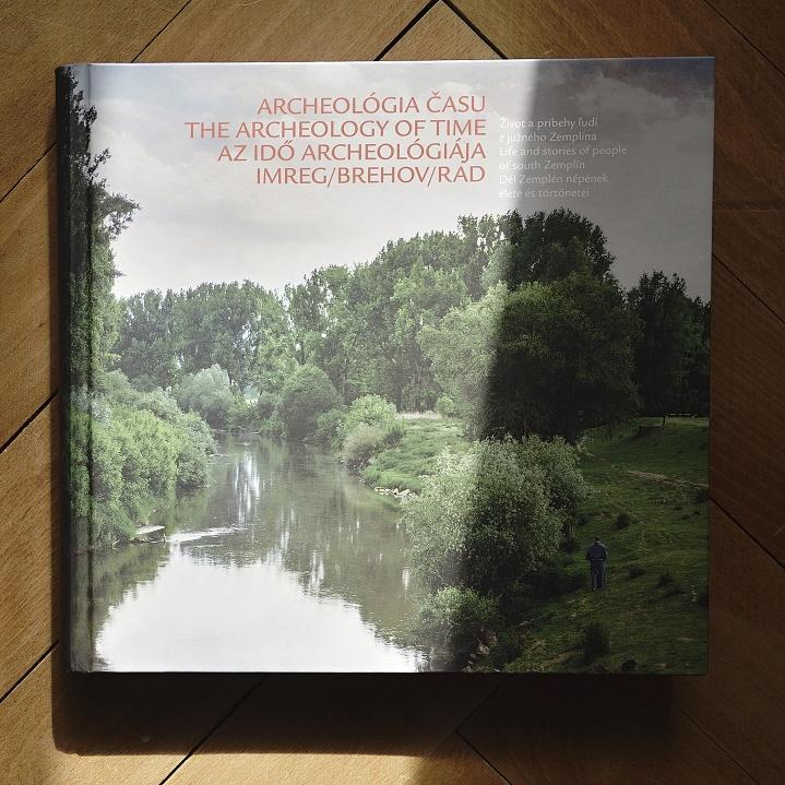 Rozsiahla publikácia predstavuje fotografie zo života v obciach Brehov a Rad (zdroj: Peter Lančarič).
