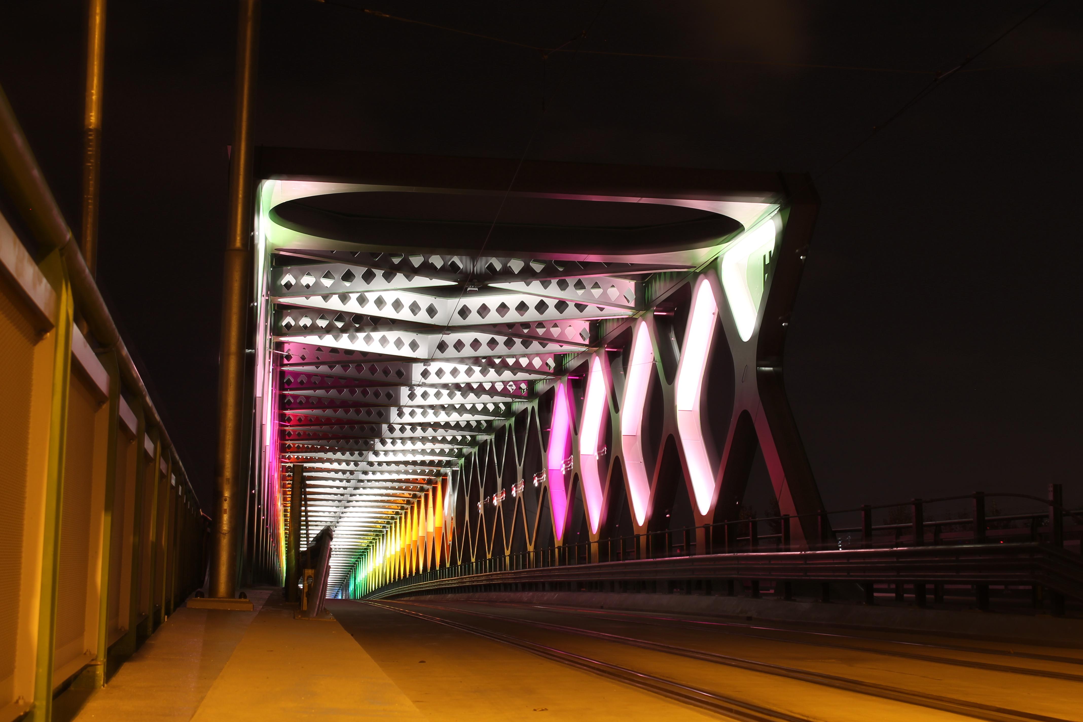 Starý most. Ide o svetelnú inštaláciu s názvom Harmony; autori: Ondrej Maksi & BN Label/ SK