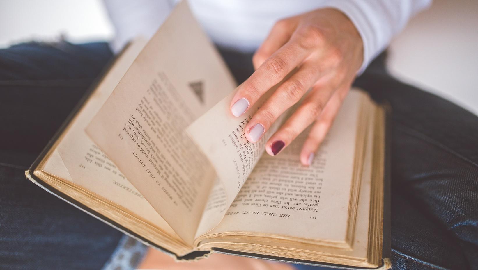 To, čo čítame, ovplyvňuje štýl, akým píšeme