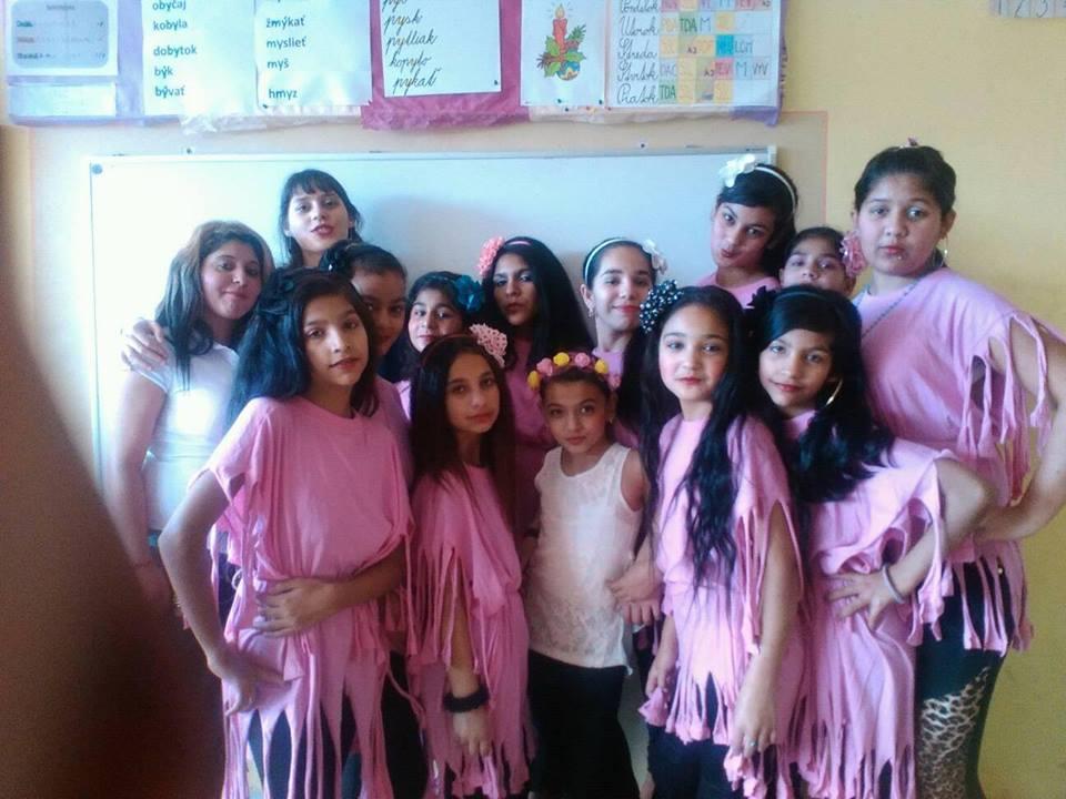 S tanečníčkami pred vystúpením ku Dňu matiek. Zdroj: archív Slávky Heželyovej