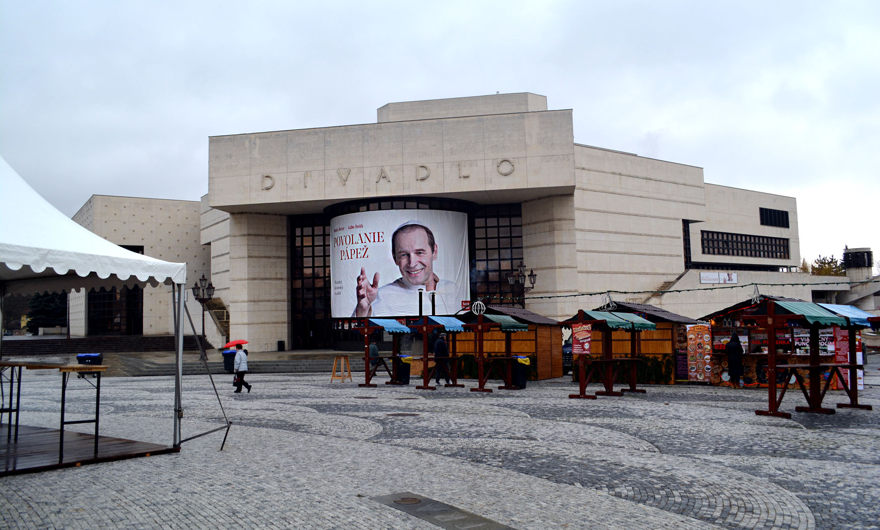 Ešte neobsadené stánky pred divadlom Andreja Bagara. Zdroj: Jana Paveleková