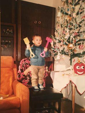 Magda, keď mala jeden rok. Jej brat zvykol rozbíjať gule na stromčeku varechou.