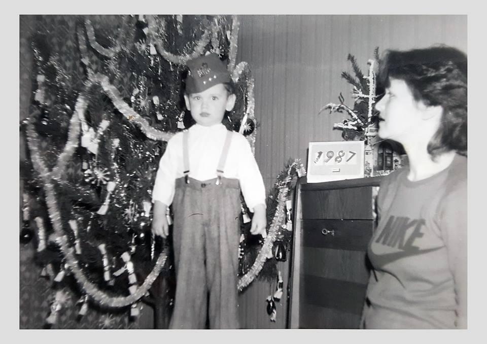 Trojročný Michal rád poľoval na vianočné gule.