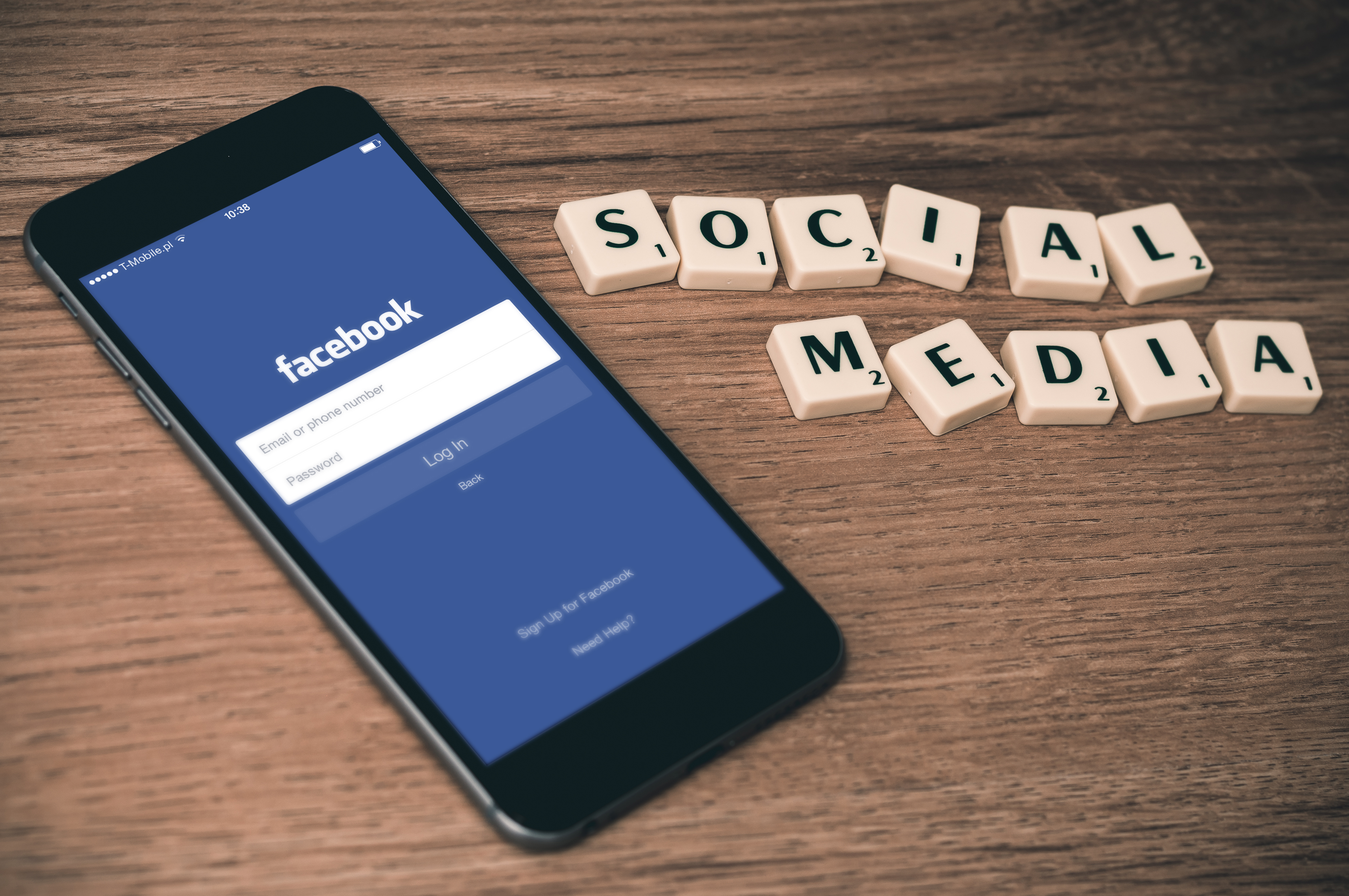Google a Facebook budú bojovať proti falošným správam!