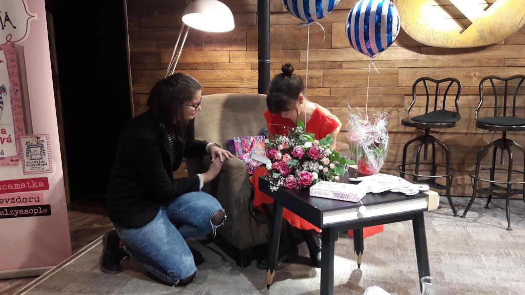 Kristína nám s úsmevom podpisuje knihu. Zdroj: Jana Paveleková