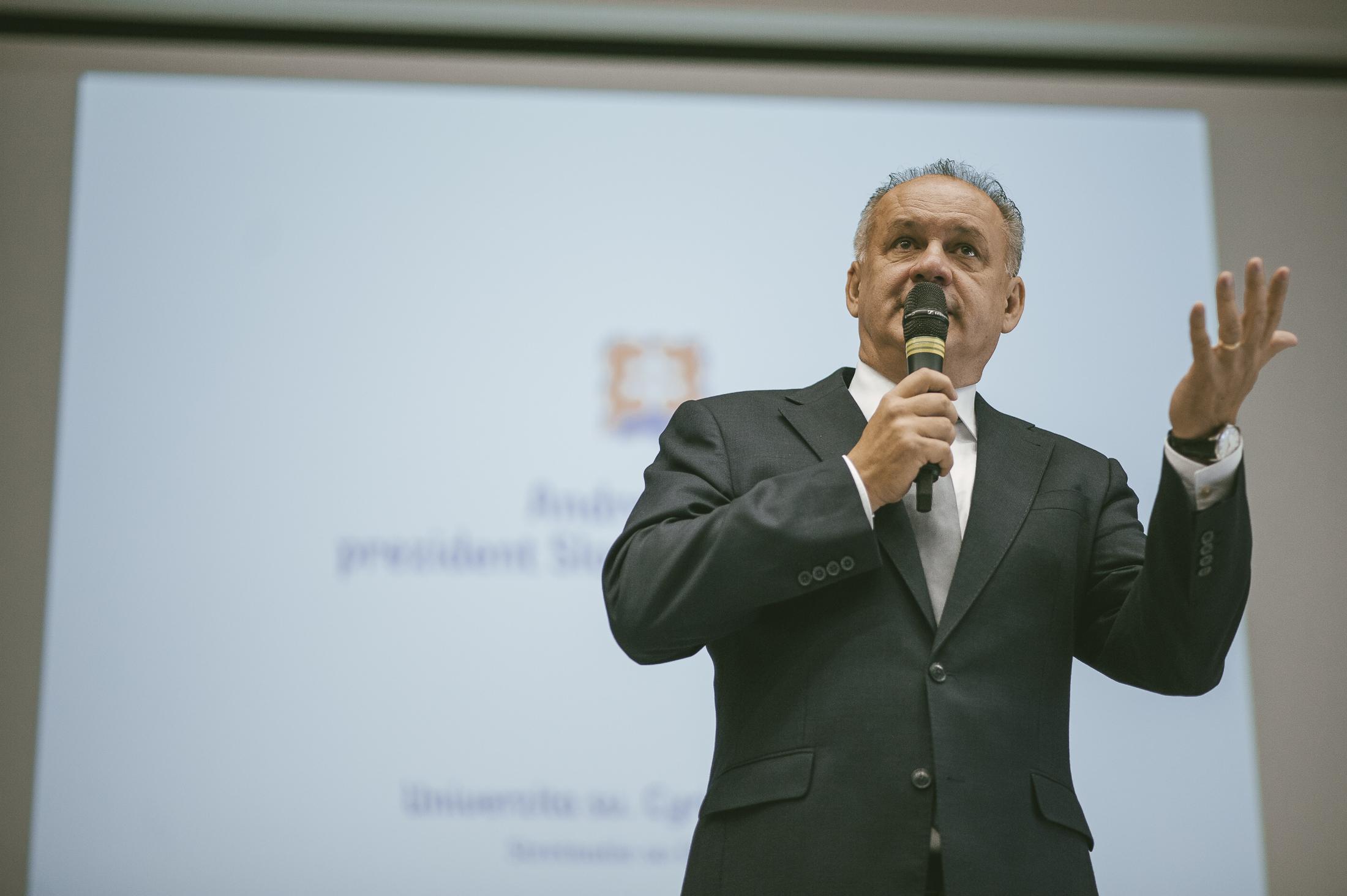 Prezident Andrej Kiska odpovedal na otázky študentov. Čo zaujímalo študentov UCM?