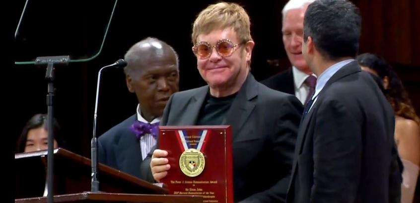 Eltonovi Johnovi sa dostalo obrovskej pocty: Ocenenie za boj proti HIV a AIDS!