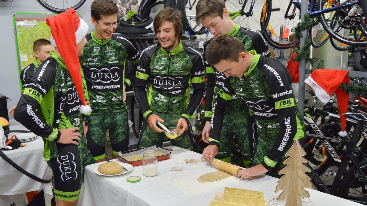 Vianočné prekvapenie študentov FMK a cyklistov z Dukly Banská Bystrica: Robiť dobré skutky je také jednoduché!
