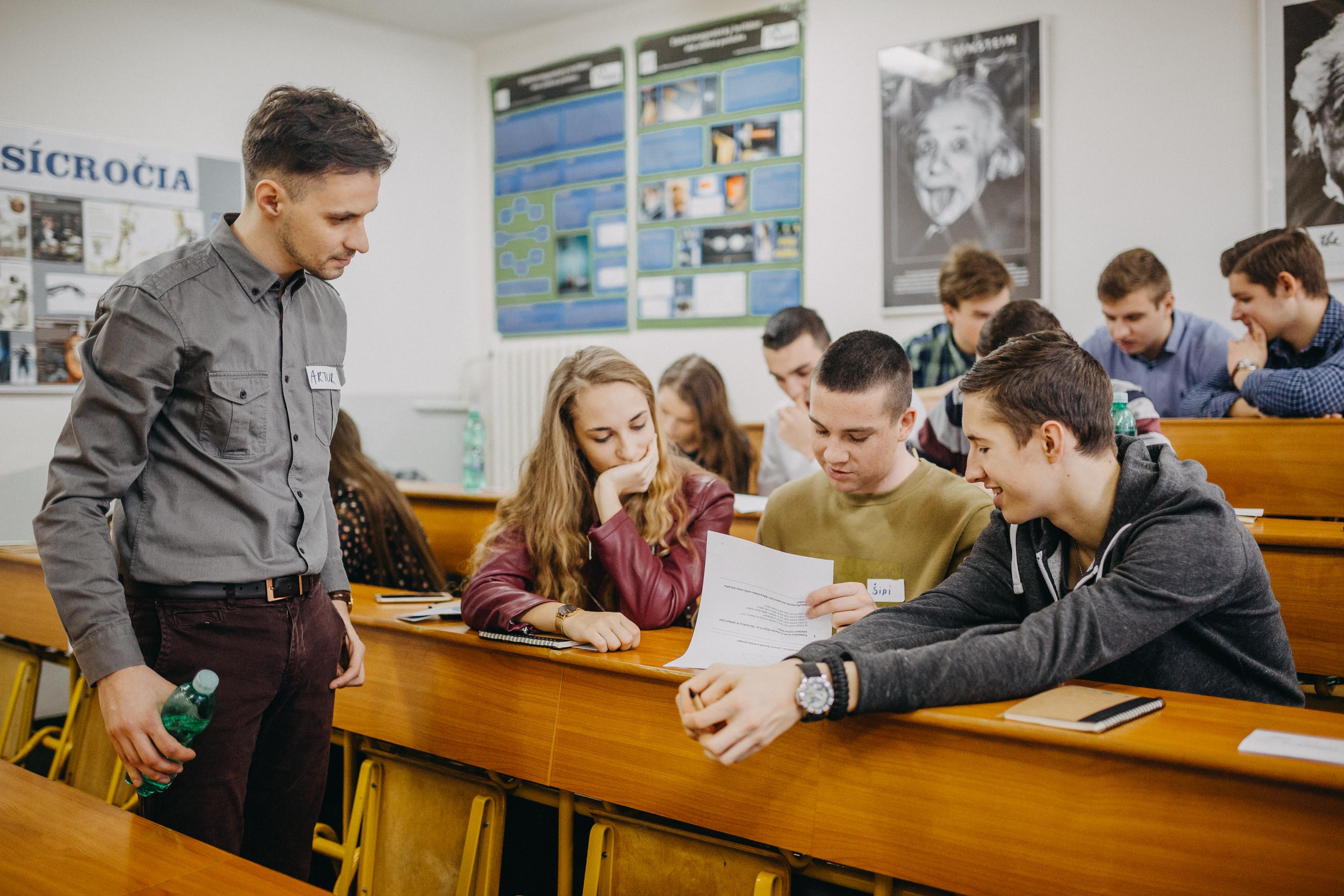 So študentmi počas inovačného workshopu