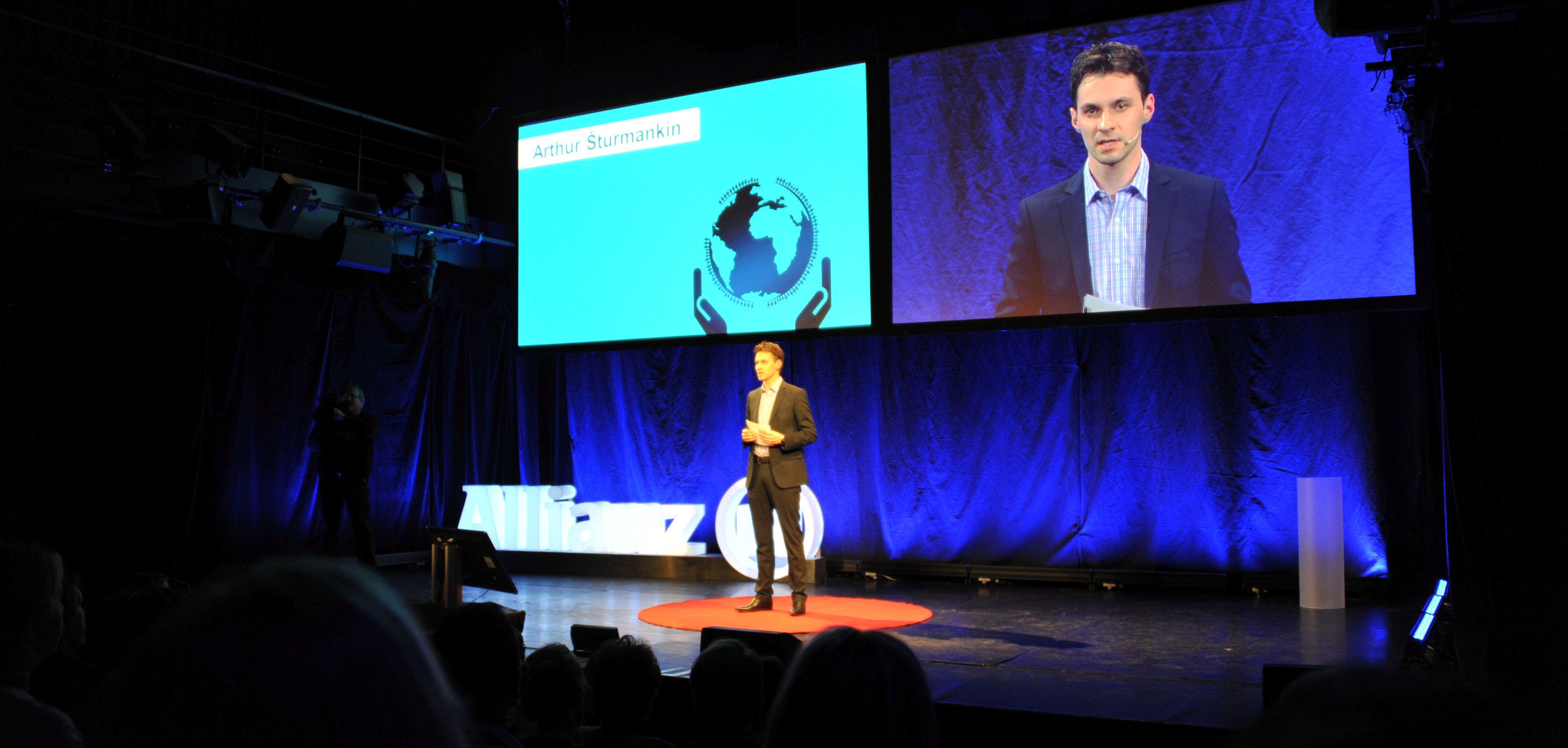 Arthur Šturmankin pri moderovaní firemnej TEDx konferencie Zdroj: Arthur Šturmankin