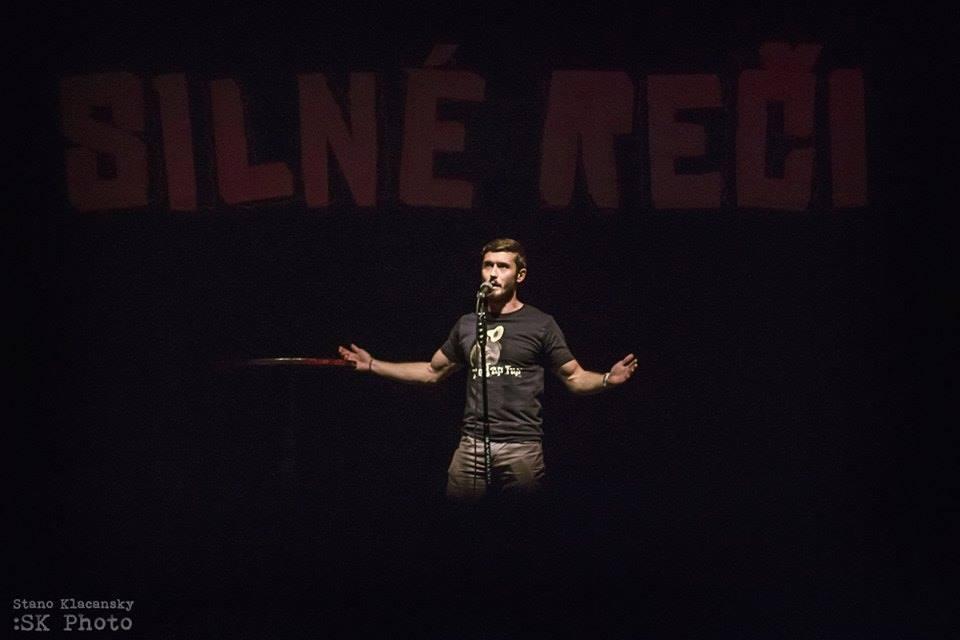 Stand-up komik Jakub Gulík (26): Neschopný terorista sa spozná hneď po pristátí lietadla