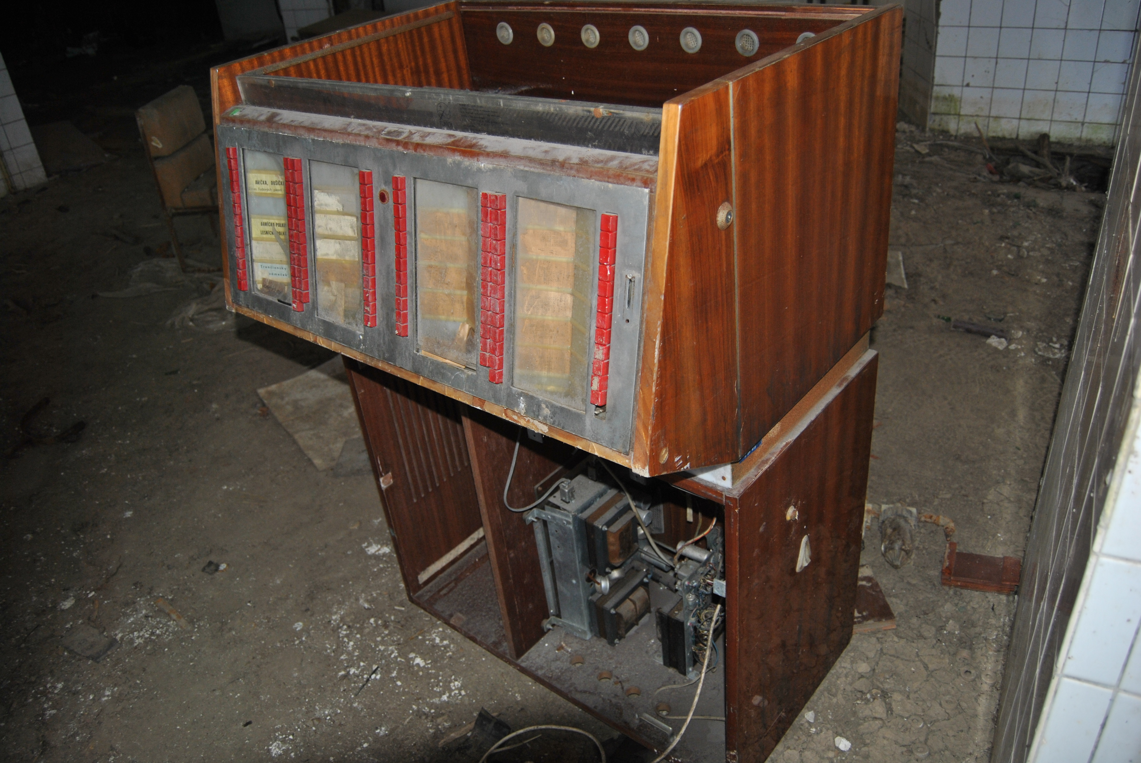 starý drevený jukebox