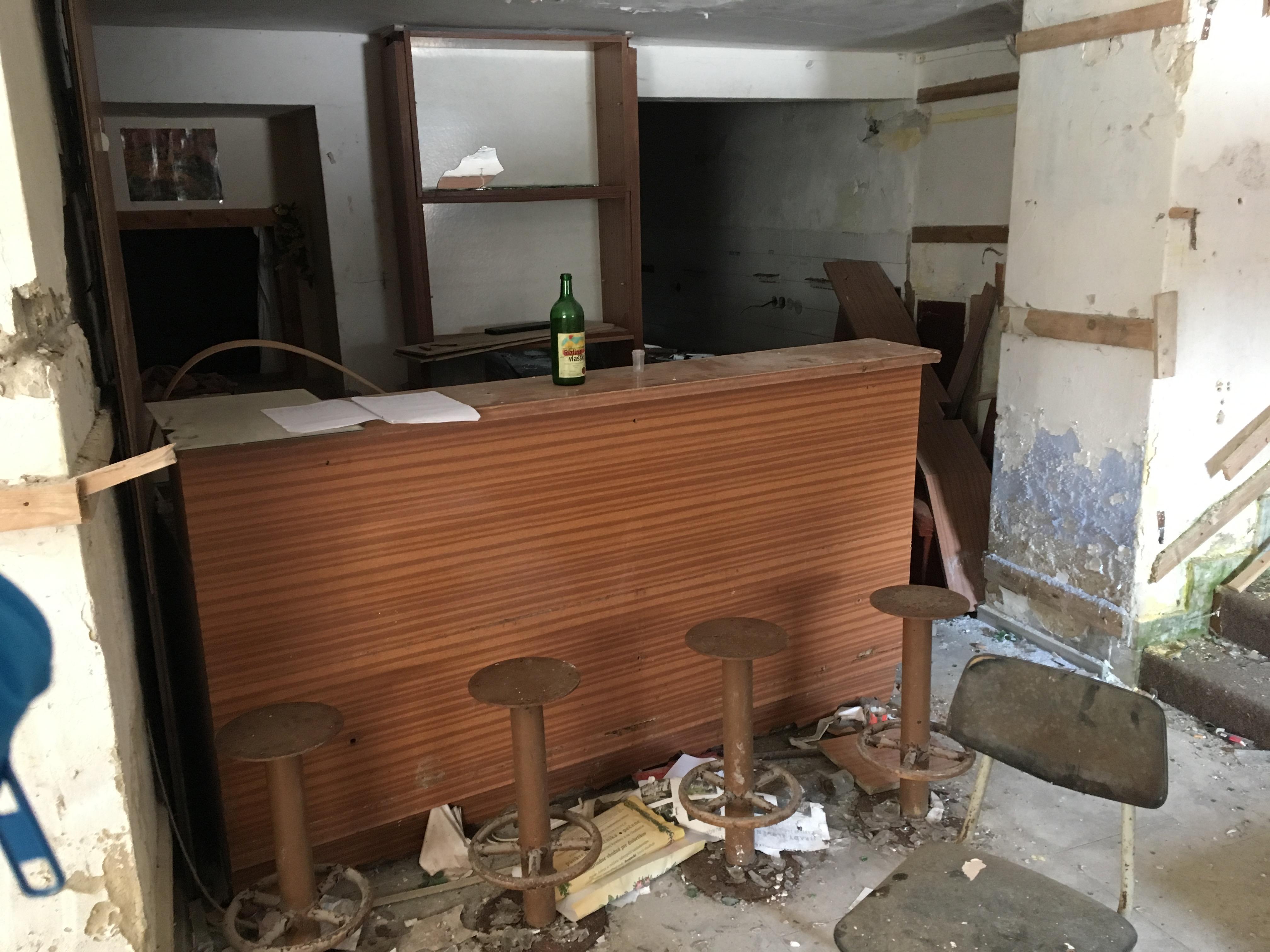 zniceny opusteny bar espresso