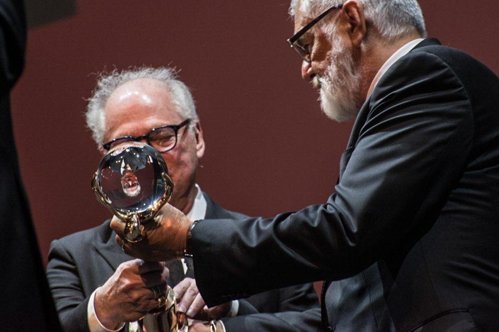 prezident odovzdáva cenu Berrymu Levinsovi