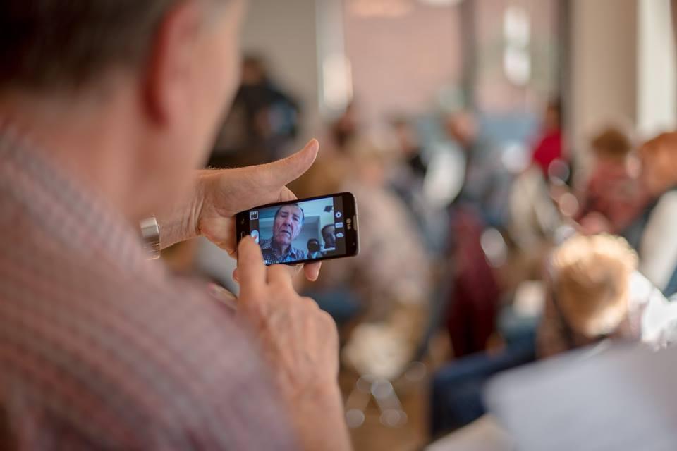 Neviete starým rodičom vysvetliť, ako používať smartfón? Prihláste ich na kurz