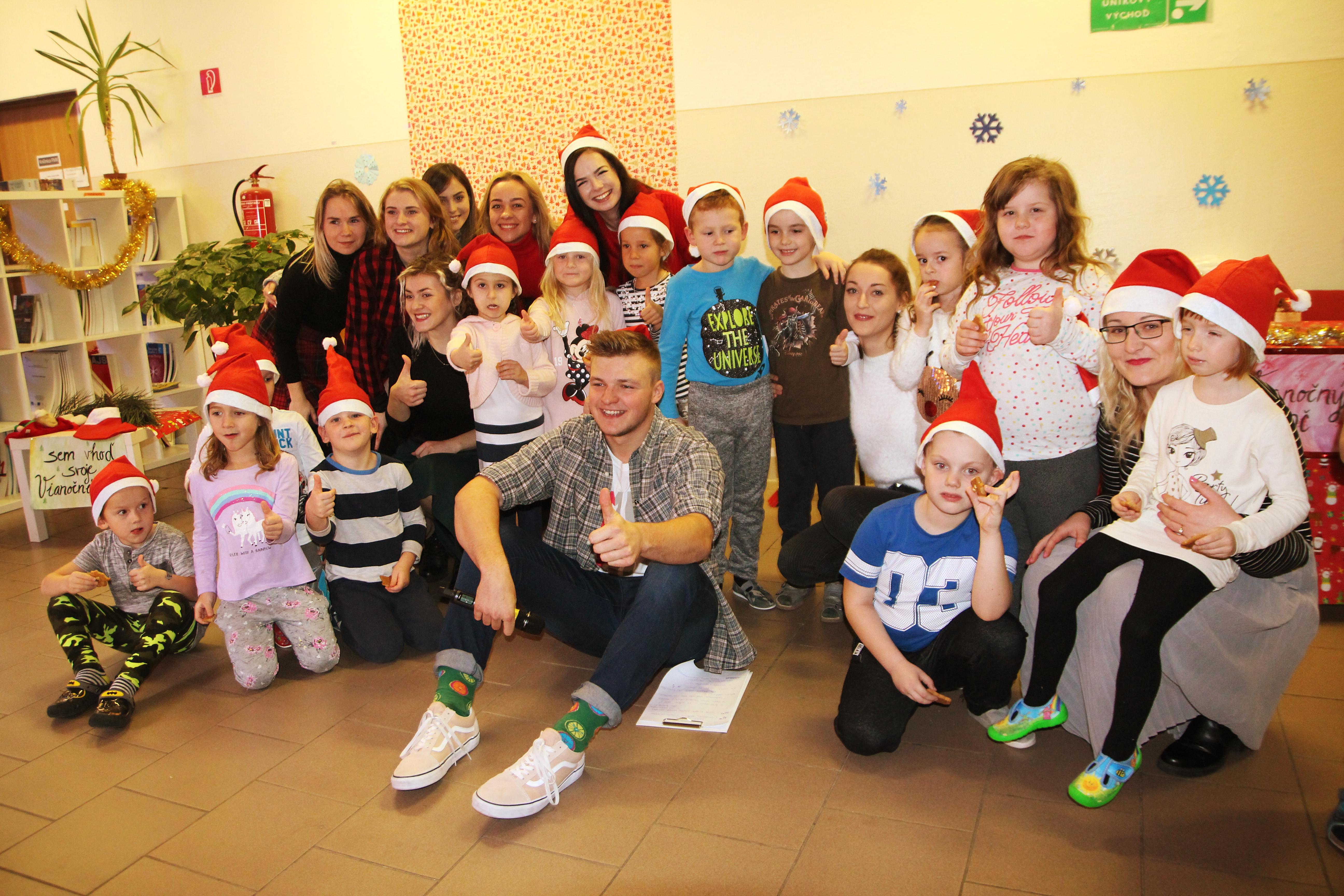 Vianočný event slávnostne otvorili deti z Materskej škôlky v Jame, ktoré svojimi piesňami a spevom očarili nejedného účastníka
