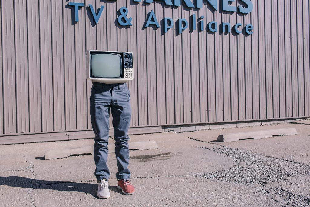 nasilie v mediach televizor umenie
