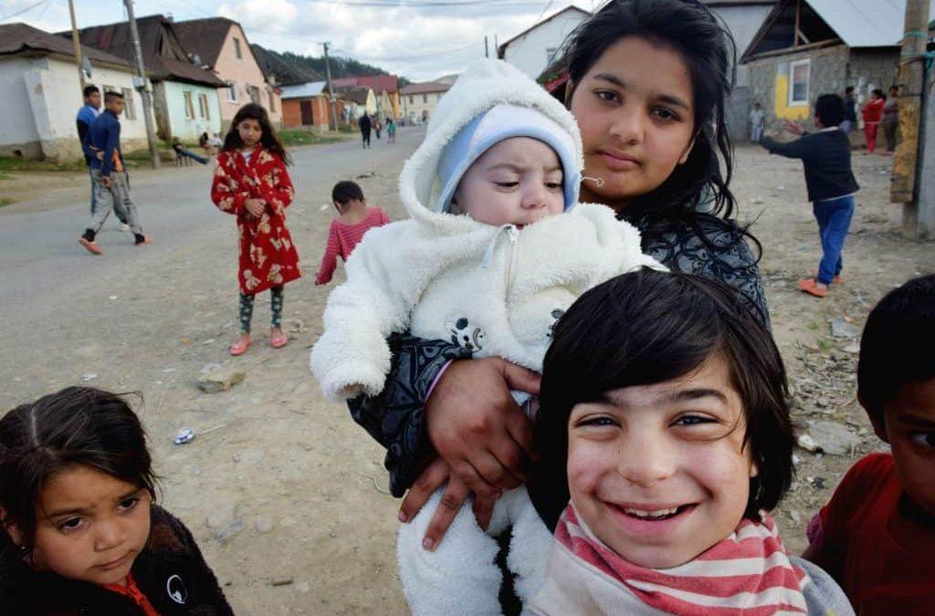 FOTO: Študenti nafotili kalendár, ktorý rozpráva o živote Rómov