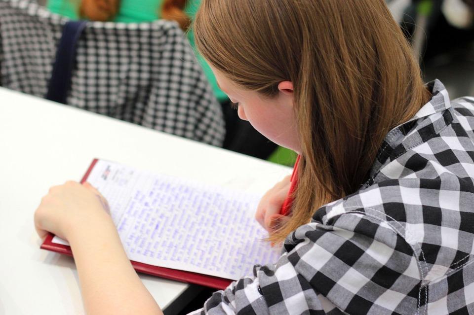 Písať si poznámky ručne alebo na počítači? Vedci poznajú odpoveď