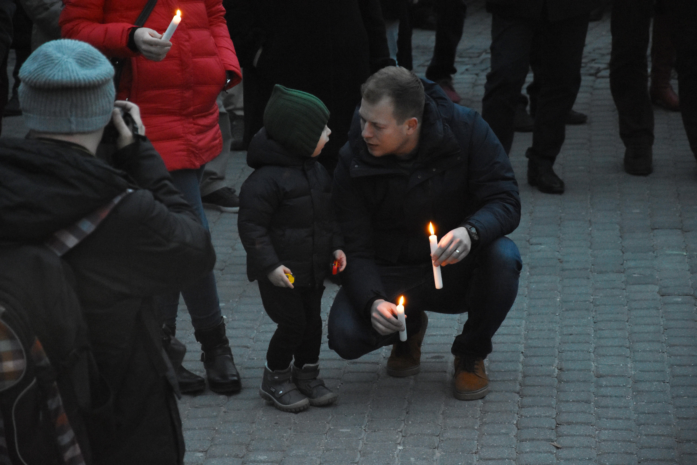 Zapaľovanie sviečok pre Jána a Martinu