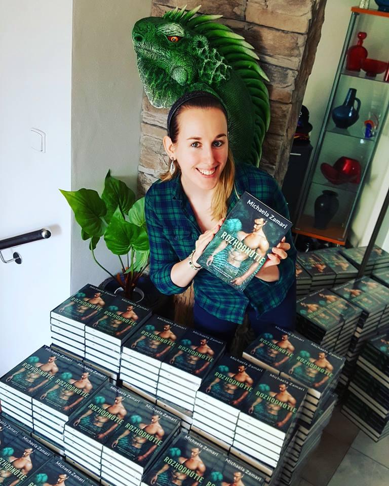 Michaela Zamari a jej nová kniha Rozhodnutie. Zdroj: Michaela Zamari