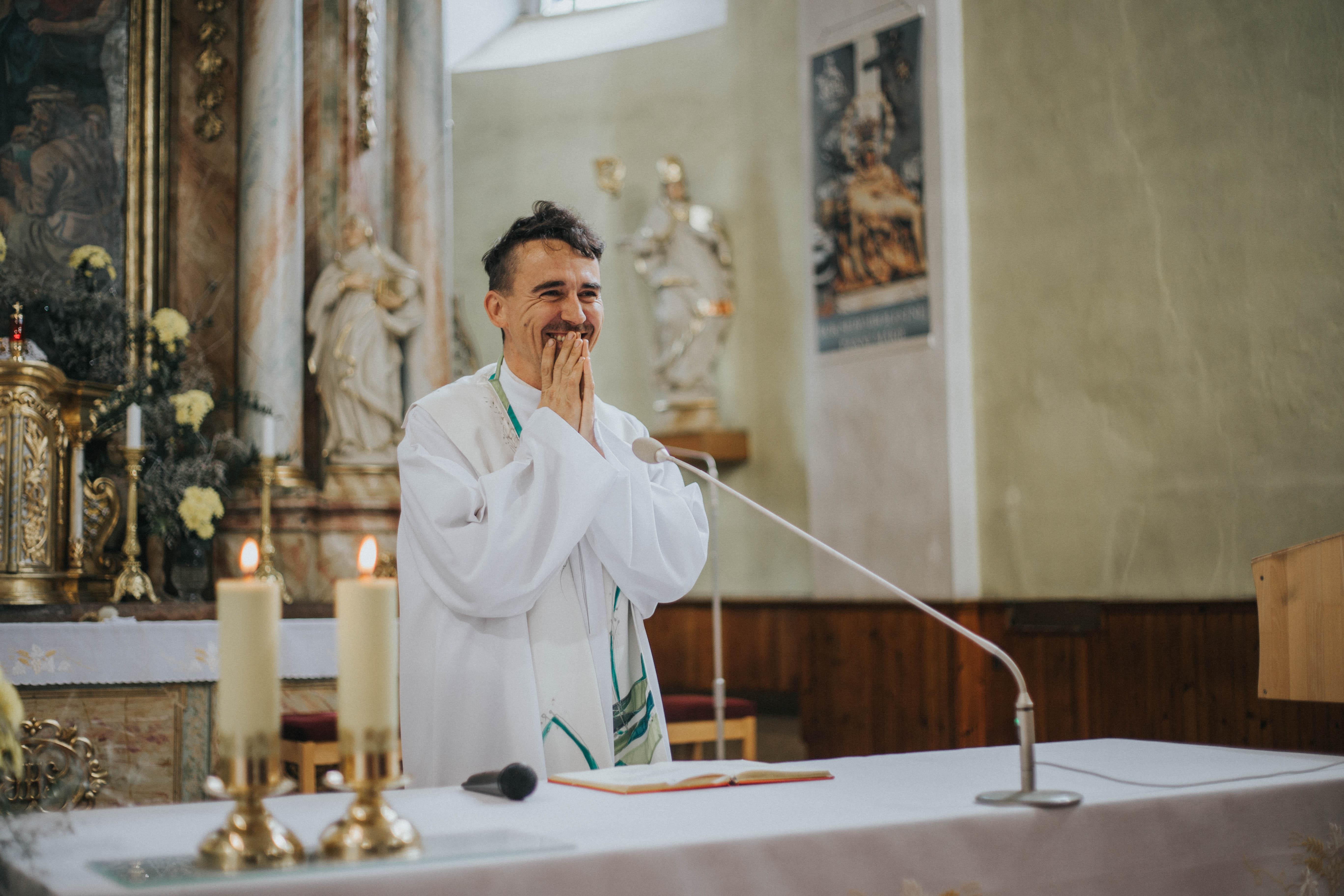 kostol smiech úsmev kňaz
